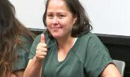 Asesina a cinco miembros de su familia, sonríe en su primer aparición en corte